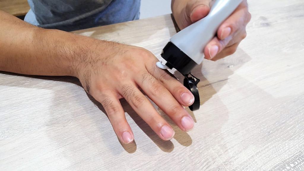NULLリムーバークリームを塗る