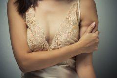 胸元・デコルテニキビの原因とは?繰り返しできて治らない場合の対処法!