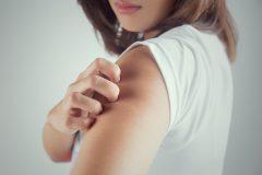 腕の赤いブツブツはニキビ?毛孔性苔癬?原因とケア方法を徹底解説!