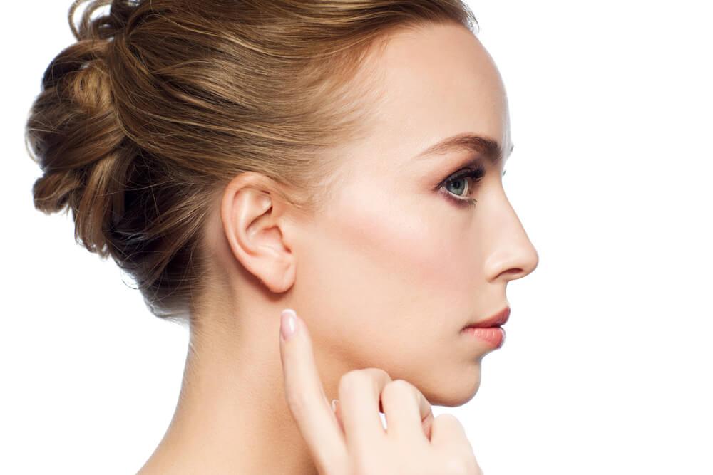 耳の後ろや耳の中にニキビができて痛い!耳ニキビの原因と対策とは?