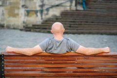 ひとりで悩まないで!円形脱毛症は治せる?原因と治療法について
