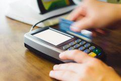 デビットカードは「現金払い」の代用手段として便利