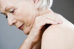 肩こり・腰痛がひどい…。もしかして更年期障害の症状かも!原因と対策法
