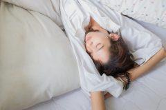 朝、起きたら両手を上げて寝てる「バンザイ寝」原因と改善法は?
