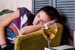 「お酒を飲んだらよく寝れる」?!アルコールが睡眠に与える影響とは?