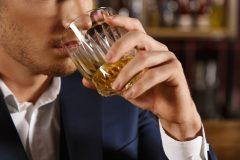 お酒で加齢臭がきつくなる?においが気になる人はアルコールを控えて!
