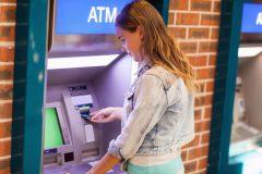 留学中でも安心!海外ATMで現金引出しOK!!おすすめVisaデビットカード比較