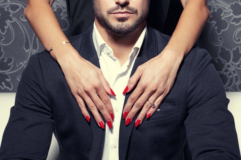 大人の男は上品でセクシーなクロコの革財布でスタイリッシュにキメる