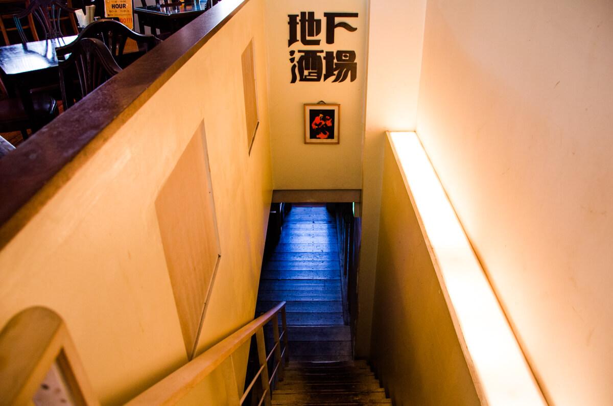 地下酒場の入り口