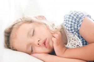子供が寝ている画像