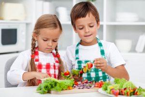 子供が食事に気を付けているイメージ