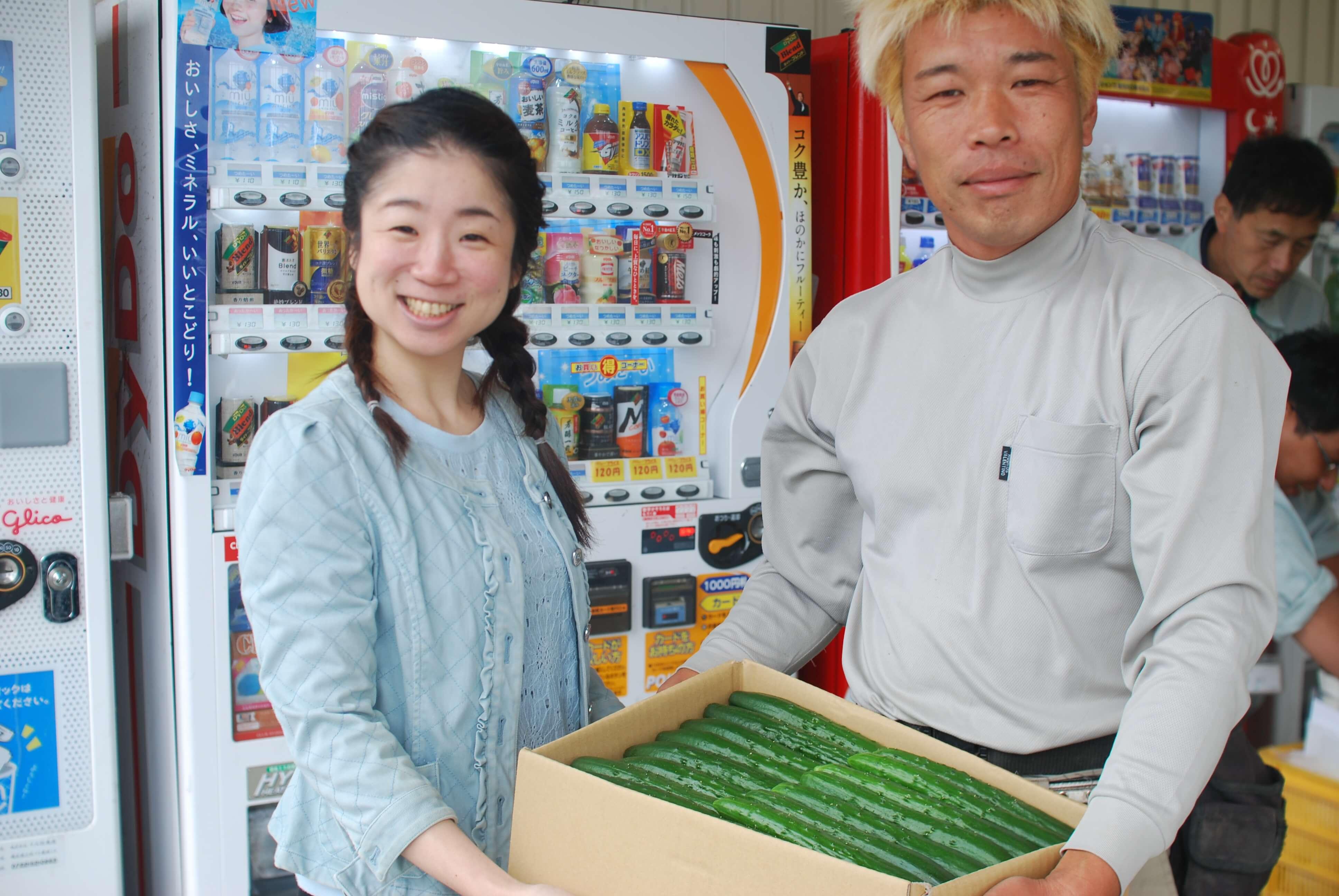 写真左:筆者本人 写真右:きゅうり農家・浅岡敬勝氏