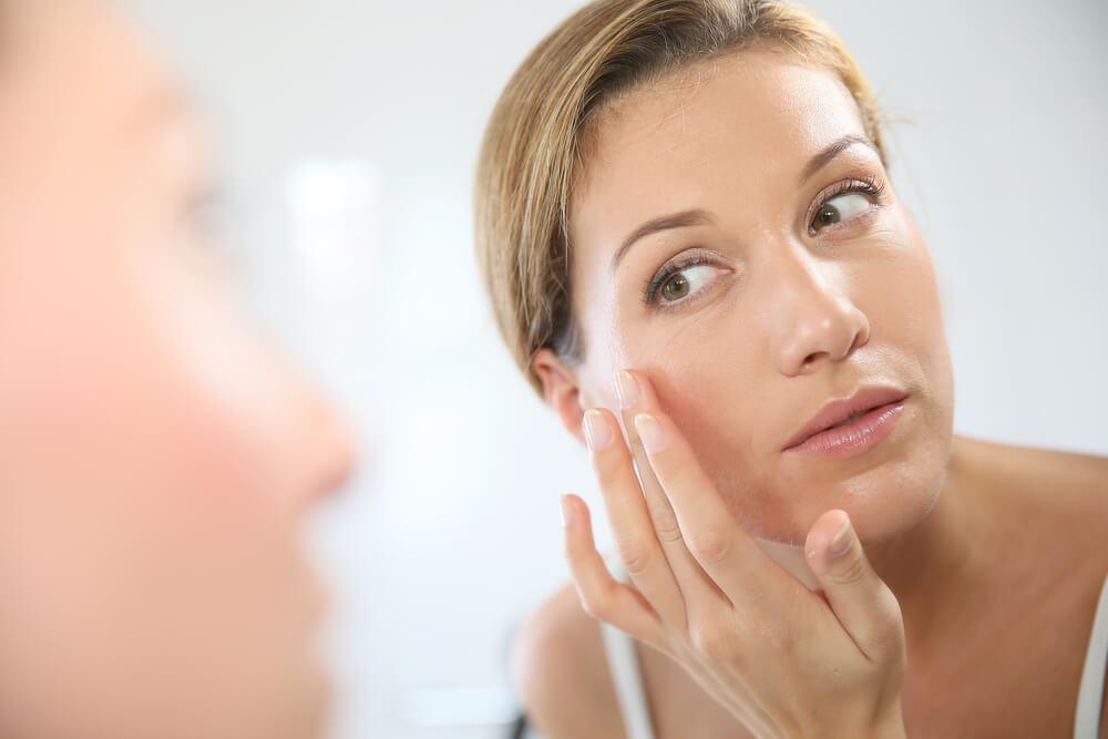 肌の老化を気にする女性のイメージ写真