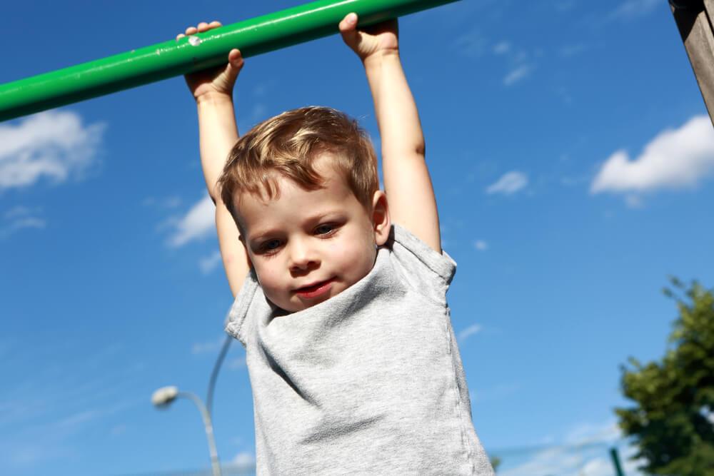 ぶら下がり運動で背が伸びるってホント
