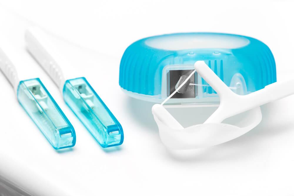 歯間ブラシやデンタルフロスを使う