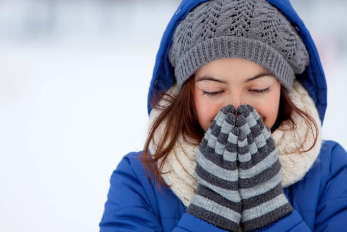 手袋や耳当てなど防寒対策をする